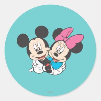 Mickey Mouse y abrazo de Minnie Pegatinas Redondas