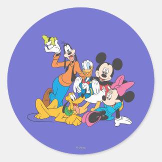 Mickey y amigos el   que se inclina pegatina redonda