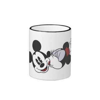 Mickey y amigos Minnie clásico que besa a Mickey Taza De Dos Colores