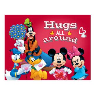 Mickey y los amigos abraza todos alrededor tarjeta postal