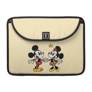 Mickey y Minnie que llevan a cabo las manos Funda Para Macbook Pro