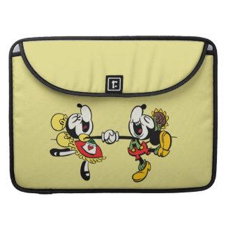 Mickey y Minnie que llevan a cabo las manos Fundas Para Macbooks