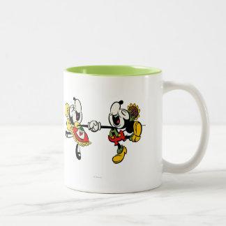 Mickey y Minnie que llevan a cabo las manos Tazas