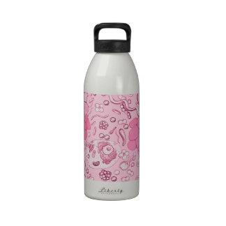 Microbiología en rosa botella de agua
