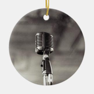 Micrófono audiófilo blanco y negro del vintage adorno navideño redondo de cerámica