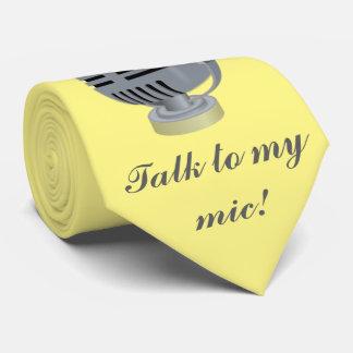 Micrófono de plata, música. Fondo amarillo Corbata