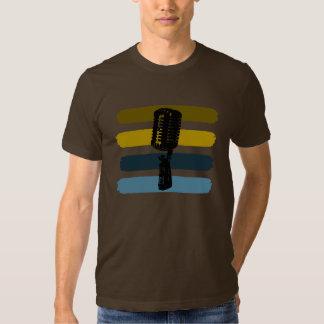 Micrófono del vintage y camisa de las rayas