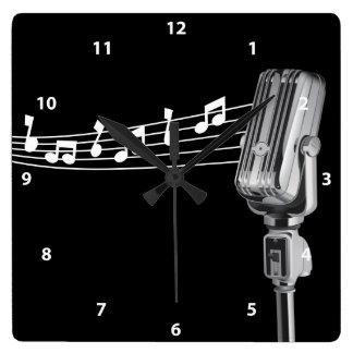 Micrófono retro fresco y reloj de las notas musica