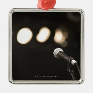 Micrófono y proyectores adorno cuadrado plateado