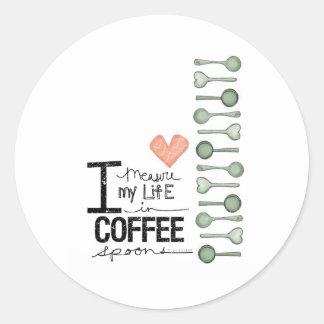Mido mi vida en cucharitas de café pegatina redonda