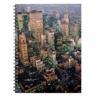 Midtown en la noche en New York City - los Spiral Notebooks