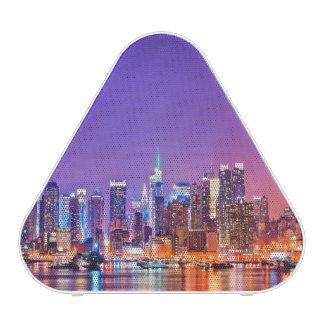 Midtown Manhattan en la noche con el imperio Stae Altavoz Bluetooth