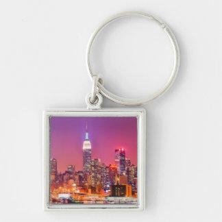 Midtown Manhattan en la noche con el imperio Stae Llavero