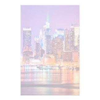 Midtown Manhattan en la noche con el imperio Stae Papeleria