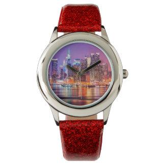 Midtown Manhattan en la noche con el imperio Stae Relojes