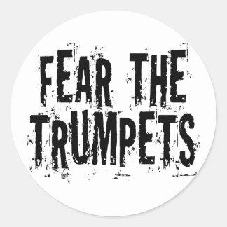 Miedo divertido el regalo de las trompetas pegatina redonda