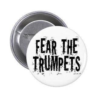 Miedo divertido el regalo de las trompetas pin redondo 5 cm