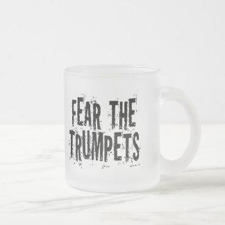 Miedo divertido el regalo de las trompetas taza de café