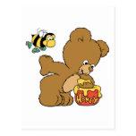 Miel que se escabulle del oso divertido tarjeta postal