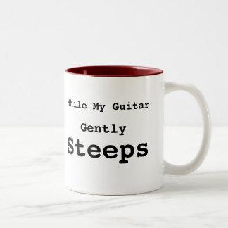 Mientras que mi guitarra empapa suavemente la taza
