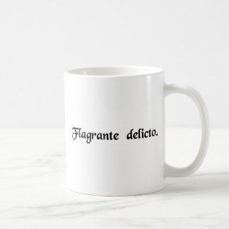 Mientras que se está ardiendo el crimen taza de café