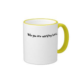 Mientras que usted está trabajando difícilmente… taza de café