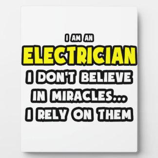Milagros y electricistas… divertidos placas