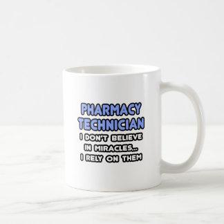 Milagros y técnicos de la farmacia taza