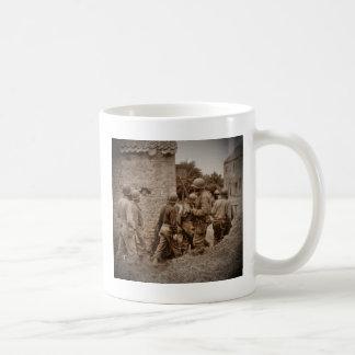 Militares afroamericanos que despejan edificios taza de café