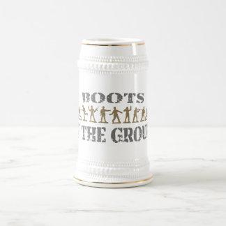 Militares - botas en la tierra jarra de cerveza