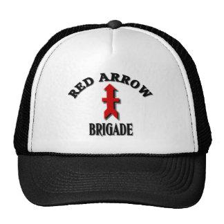 Militares rojos de la brigada de la flecha gorras
