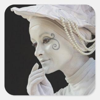 Mime femenino que se realiza en esquina de calle pegatinas cuadradas