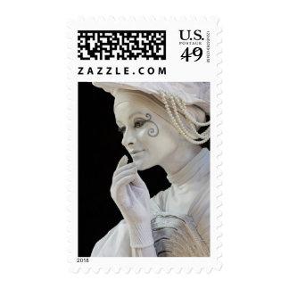 Mime femenino que se realiza en esquina de calle sellos
