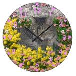 Mimosa el gato de tigre en flores del Mimosa Reloj De Pared