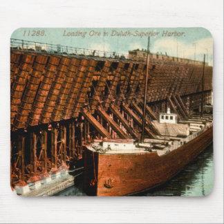Mineral del cargamento en puerto Duluth-Superior Alfombrillas De Ratones