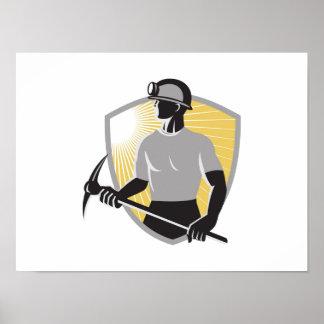 Minero de carbón con el escudo del hacha de la sel poster