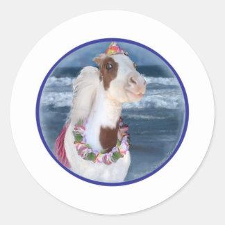 Mini caballo de la cereza en la playa pegatina redonda