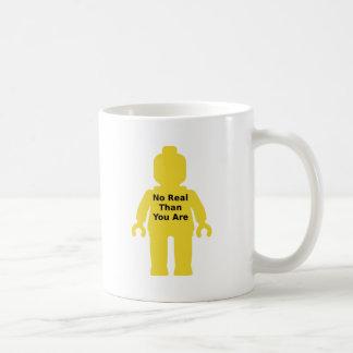 """Minifig amarillo con """"NO REAL QUE USTED ES"""" lema Taza Clásica"""