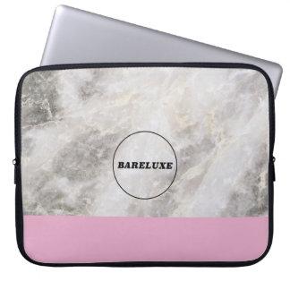 Mínimo femenino de mármol con el bloque rosado del manga computadora
