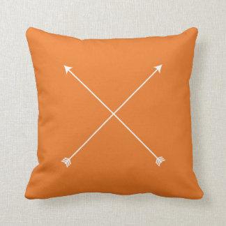 Mínimo moderno anaranjado tribal de la flecha cojín