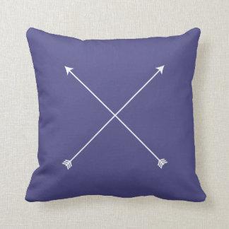 Mínimo tribal moderno de la flecha de la púrpura cojín