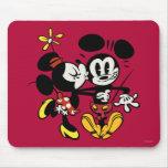 Minnie que besa a Mickey Tapete De Ratón