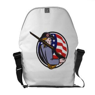 Minuteman americano del patriota con el rifle y la bolsas de mensajería