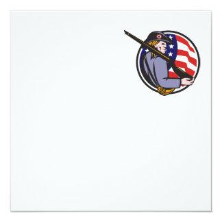 Minuteman americano del patriota con el rifle y la invitaciones personales