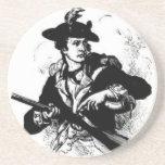 Minuteman revolucionario de la guerra con el arma posavaso para bebida