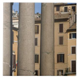 Mirada a través de las columnas del panteón con azulejo cuadrado grande