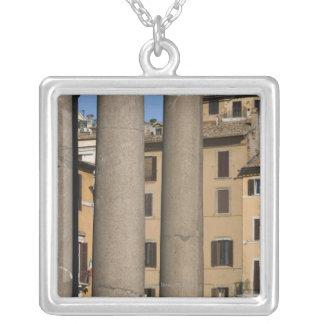 Mirada a través de las columnas del panteón con grimpola