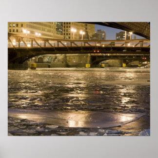 Mirada abajo del río Chicago congelado adentro Impresiones