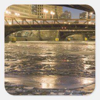 Mirada abajo del río Chicago congelado adentro Pegatina Cuadrada