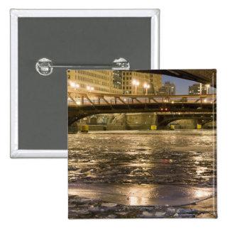 Mirada abajo del río Chicago congelado adentro Pin Cuadrado